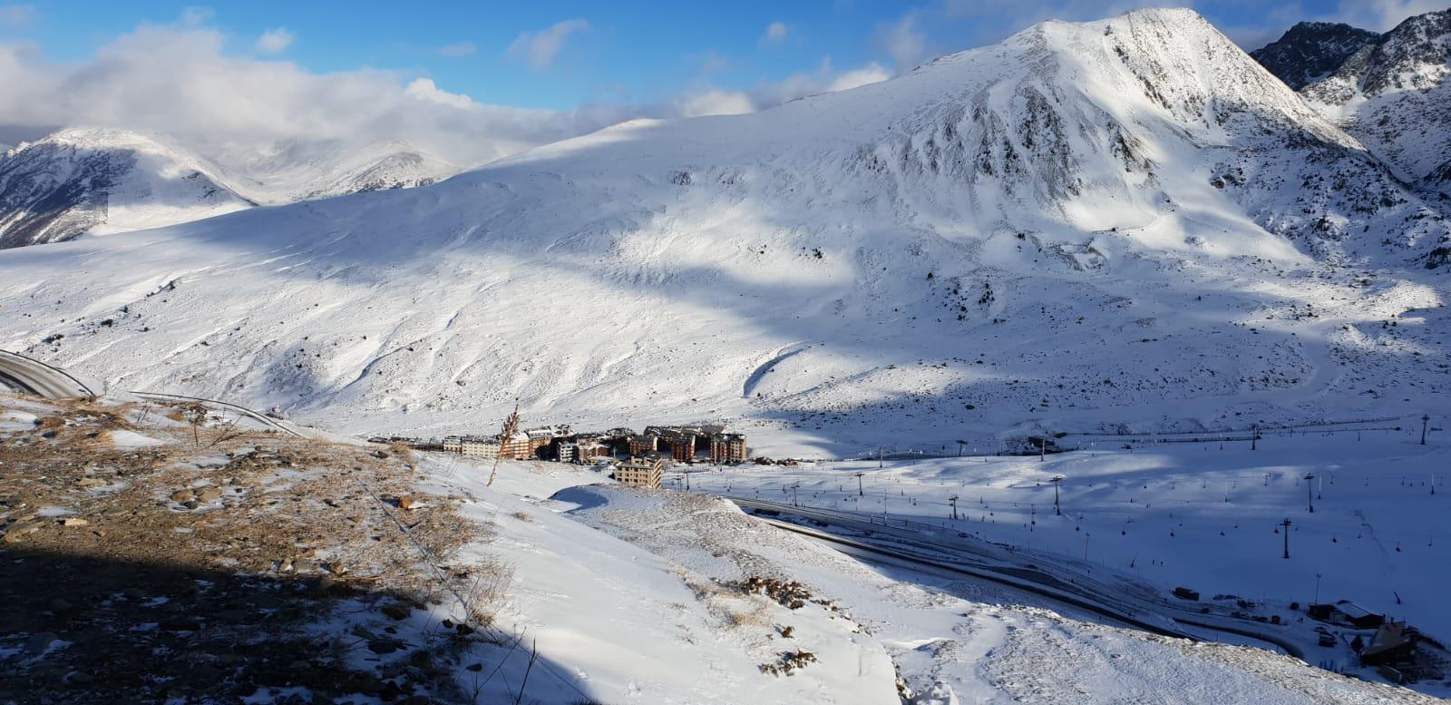 """Grandvalira culmina 3 anys de feina per fer realitat l'esdeveniment més gran de la seva història Els dos traçats on es disputaran les diferents proves estan pràcticament a punt per a la gran cita que tindrà lloc de l'11 al 17 de març Marcel Hirscher i Mikaela Shiffrin encapçalen la classificació de la competició, actualment aturada per la celebració dels Campionats del món a Suècia Andorra la Vella, 8 de febrer del 2019. Des que l'octubre del 2015 la Federació Internacional d'Esquí (FIS) va escollir els sectors de Soldeu El Tarter de Grandvalira per a la celebració de les Finals de la Copa del Món d'esquí alpí del 2019, l'estació ha treballat incansablement per fer realitat l'esdeveniment esportiu més gran de la història d'Andorra. La gran cita serà de l'11 al 17 de març, quan el país rebrà els millors esquiadors i esquiadores del món, que lluitaran pel títol a les pistes Àliga d'El Tarter, on es disputaran les proves de velocitat, i Avet (Soldeu), escenari de les disciplines tècniques. Durant aquest temps, i més intensament a partir de la celebració de les finals de la Copa d'Europa de l'any passat, s'ha treballat per tal que l'estació disposi de la darrera tecnologia i totes les eines per tal de convertir l'Àliga i l'Avet en pistes de Copa del Món de referència a Europa. Un dels projectes ambiciosos que ho poden garantir és la plataforma esquiable de Soldeu, que ha permès ampliar l'arribada de la pista Avet, disposar de més espai per a les graderies, els equips i els patrocinadors, i millorar la logística de la retransmissió televisiva. El director general del Comitè Organitzador, Conrad Blanch, ha explicat durant la presentació d'aquest divendres que l'estació """"està preparada per oferir al món la seva millor cara"""". Després d'enllestir la nova plataforma, els equips tècnics s'han centrat durant les darreres setmanes en posar a punt els dos traçats on es disputaran les diferents proves. Blanch ha explicat que el traçat de la pista Avet està ja a punt, mentre que pe"""