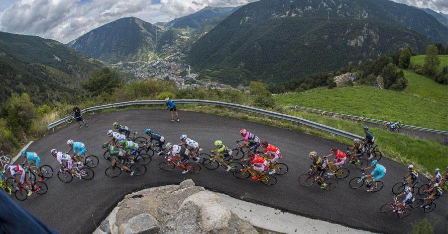 La passion du cyclisme en Andorre va au-delà des étapes du Tour et de la Vuelta. Les routes de la principauté accueillent des cyclistes de tous les horizons, principalement au printemps et en été. Des cyclistes comme vous, attirés par la difficulté de nos cols, la beauté des paysages et la richesse du patrimoine culturel. Les routes andorranes, et en particulier celles de cyclotourisme, sont en parfaites conditions pour circuler à vélo. Les routes indiquées sur le guide disposent généralement de panneaux d'information. Consultez la description de chaque étape pour être informé des incidents, tels que travaux d'aménagement de la chaussée. Routes de cyclisme en Andorre, avec tous les services L'un des meilleurs exemples de la passion pour le cyclisme en Andorre est le choix et la qualité des services proposés au cycliste. Notre pays compte de nombreux hôtels spécialisés où les amateurs de ce sport peuvent se reposer après une dure étape. Vous les reconnaîtrez grâce au pictogramme de cyclisme